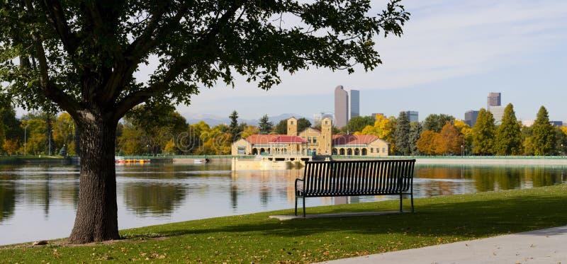 Horizonte de Denver con el banco y el lago de parque fotografía de archivo