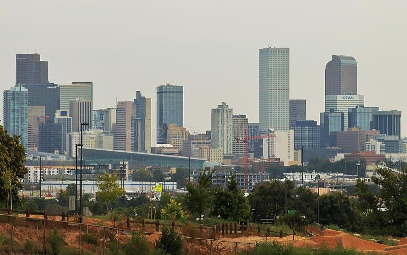 Horizonte de Denver en la hora azul imagenes de archivo
