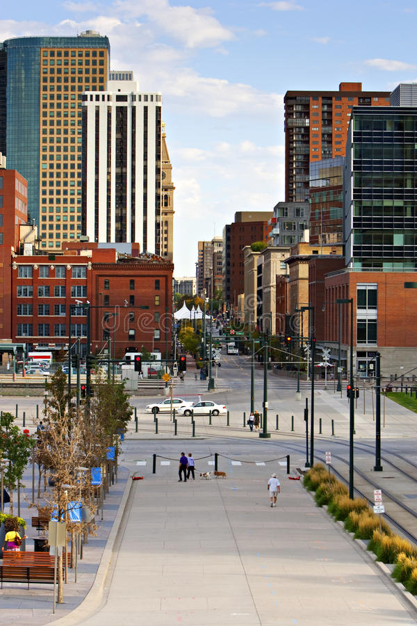 Horizonte de Denver a partir de la décimosexto calle imagenes de archivo