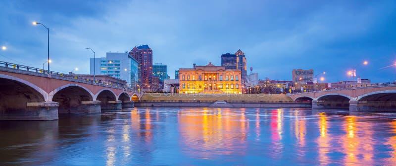 Horizonte de Des Moines Iowa en los E.E.U.U. foto de archivo