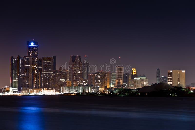 Horizonte de Detroit en la noche imagenes de archivo