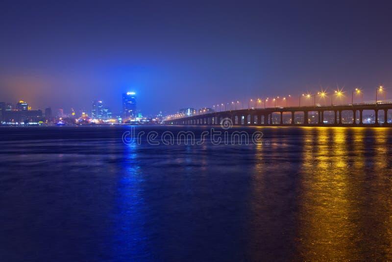 Horizonte de Dnepropetrovsk en la noche. foto de archivo libre de regalías