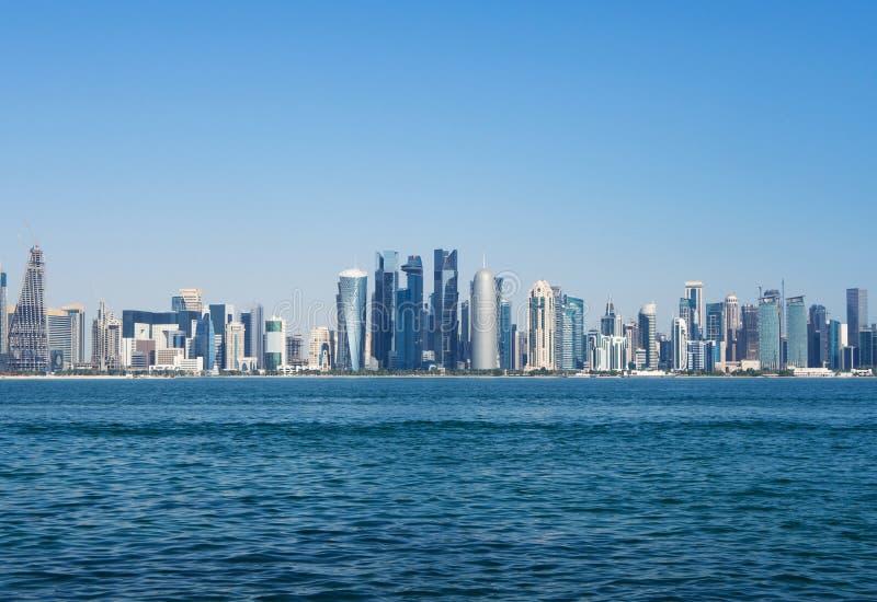 Horizonte de Doha con los rascacielos y la costa Concepto de mundo de lujo de las finanzas imagen de archivo