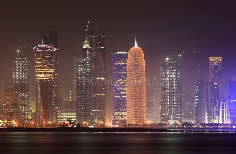 Horizonte de Doha en la noche, Qatar imagenes de archivo