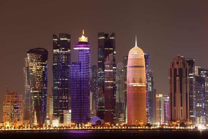 Horizonte de Doha en la noche, Qatar fotos de archivo