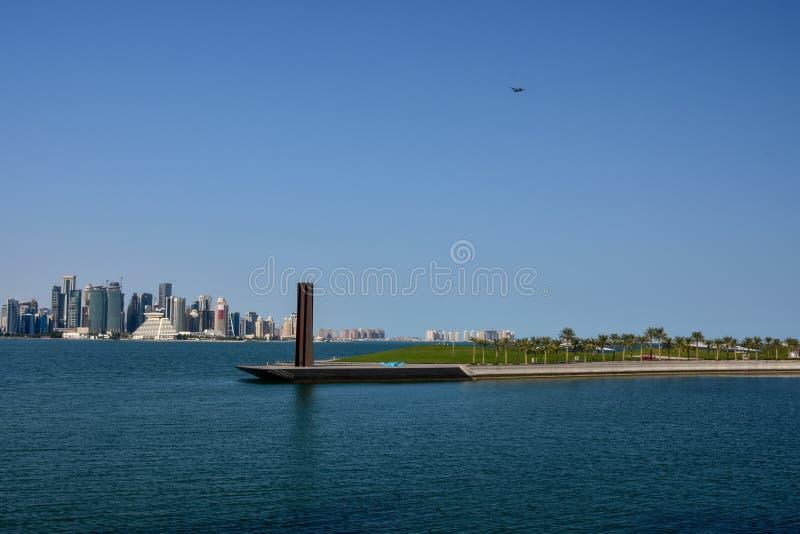 Horizonte de Doha de enfrente de puerto fotos de archivo