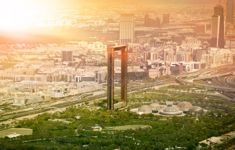 Horizonte de Dubai con el edificio de capítulo de Dubai en la puesta del sol fotografía de archivo libre de regalías