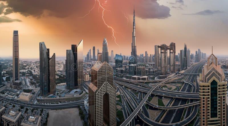 Horizonte de Dubai durante la salida del sol, United Arab Emirates foto de archivo libre de regalías