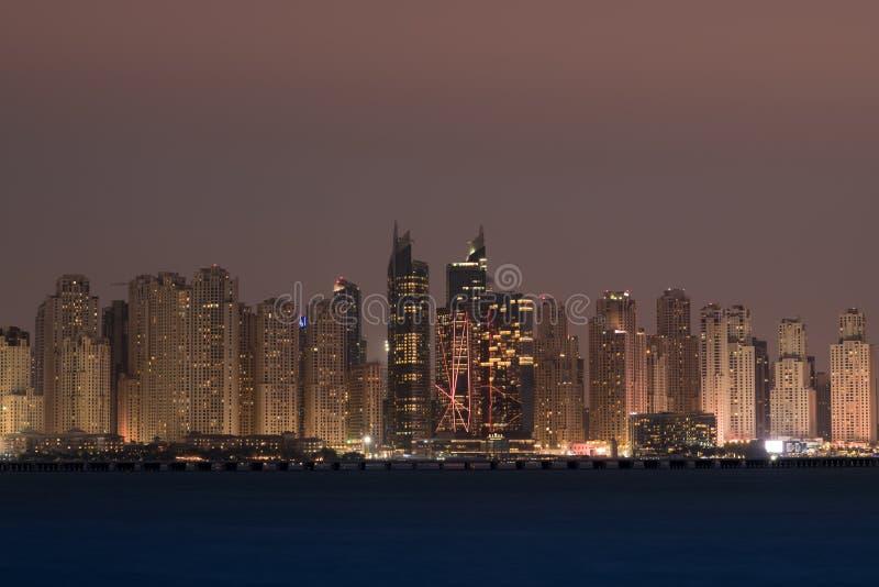 Horizonte de Dubai en la noche fotografía de archivo