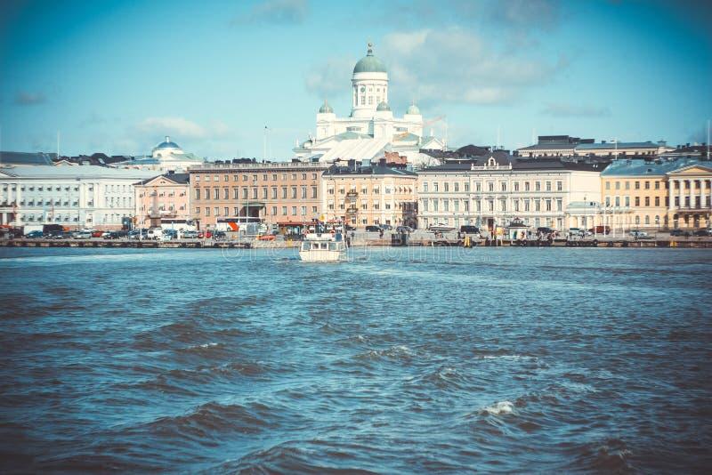 Horizonte de Helsinki Catedral del Lutheran de StNicholas en Helsinki imagen de archivo