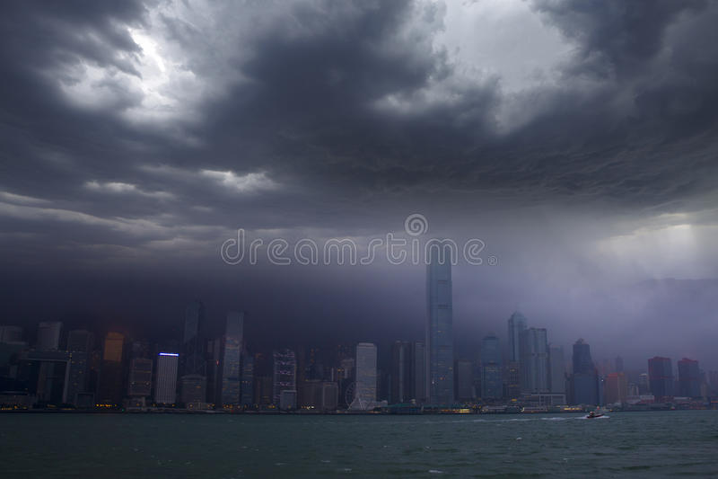 Horizonte de Hong-Kong bajo atacar del tifón fotografía de archivo