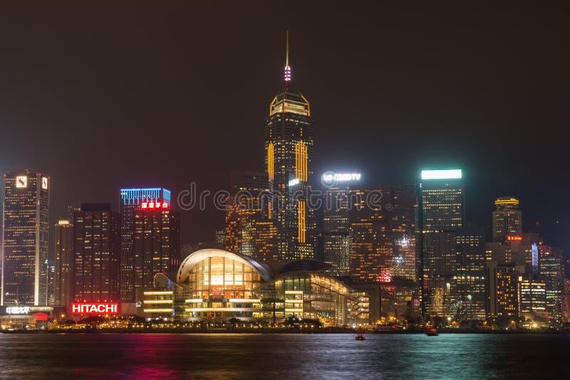 Horizonte de Hong Kong en la noche de enfrente de Victoria Harbor imágenes de archivo libres de regalías