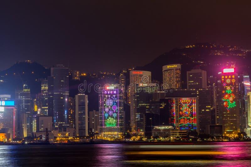 Horizonte de Hong Kong en la noche Victoria Harbor imagenes de archivo