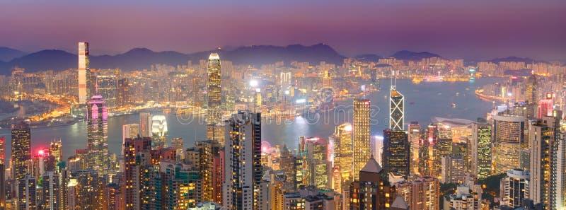 Horizonte de Hong-Kong en la puesta del sol Panorama imagen de archivo