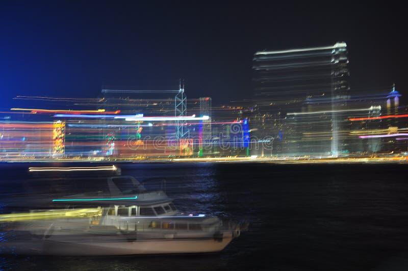 Horizonte de Hong Kong por noche - luces y velocidad imagen de archivo