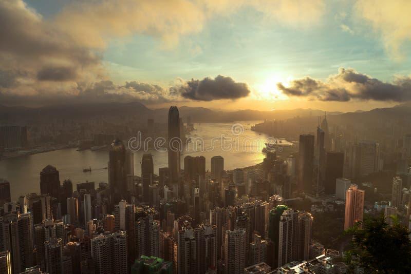 Horizonte de Hong-Kong Visión desde Victoria Peak en la puesta del sol, en el centro de la ciudad en Hong Kong imagenes de archivo
