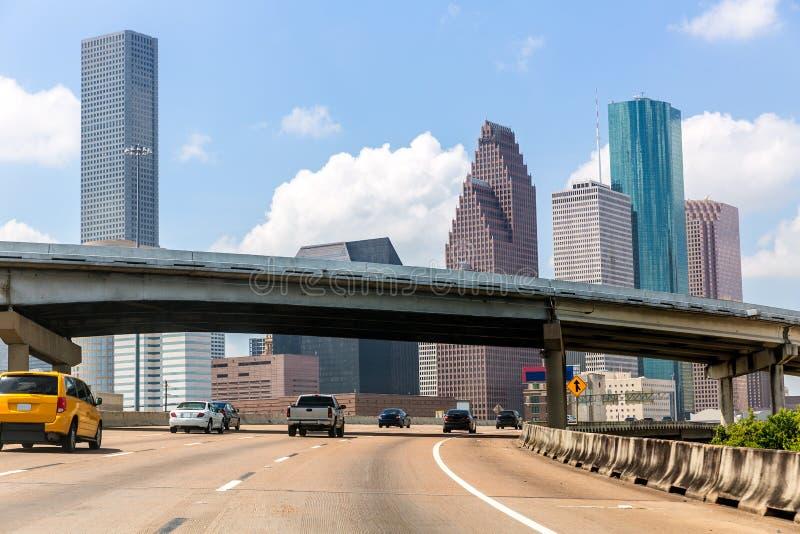 Horizonte de Houston en la autopista sin peaje I-45 Tejas los E.E.U.U. del golfo imagen de archivo