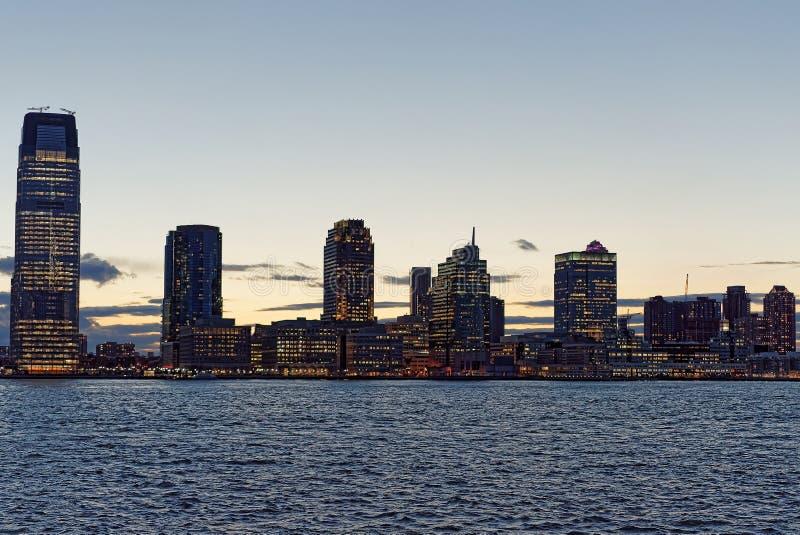 Horizonte de Jersey City con los rascacielos en la noche foto de archivo libre de regalías