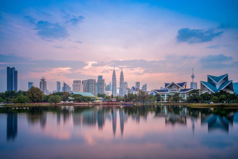 Horizonte de Kuala Lumpur por el lago en la oscuridad fotografía de archivo libre de regalías