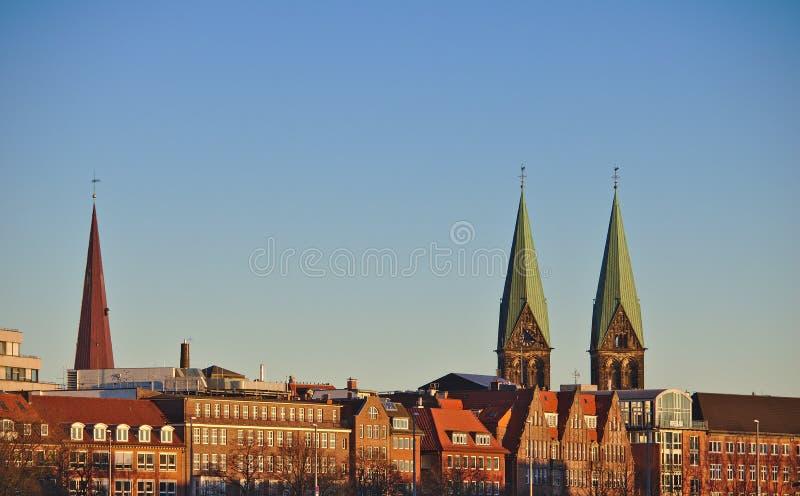 Horizonte de la ciudad de Bremen, Alemania en la luz de la tarde con los chapiteles de la catedral del ` s de San Pedro y de la i imagen de archivo libre de regalías