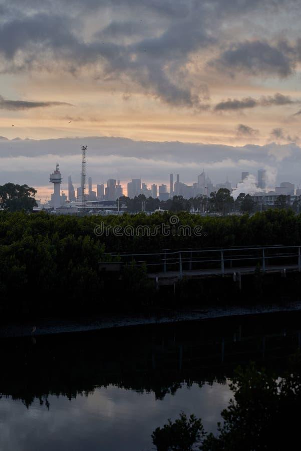 Horizonte de la ciudad con altos edificios de la subida y un cielo dramático fotografía de archivo libre de regalías