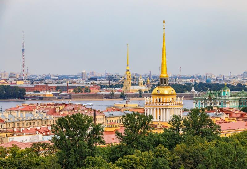 Horizonte de la ciudad con el chapitel del Ministerio de marina, el Peter y Paul Fortress, el río Neva y el palacio del invierno imagenes de archivo