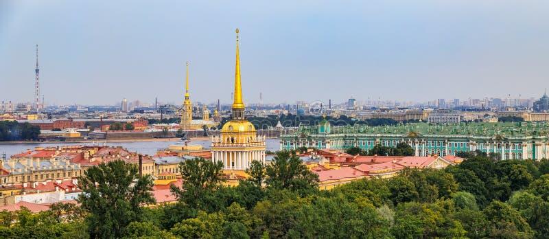 Horizonte de la ciudad con el chapitel del Ministerio de marina, el Peter y Paul Fortress, el río Neva y el palacio del invierno imágenes de archivo libres de regalías