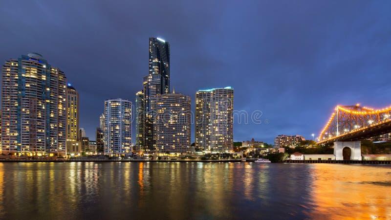 Horizonte de la ciudad de Brisbane en el crepúsculo 2 foto de archivo