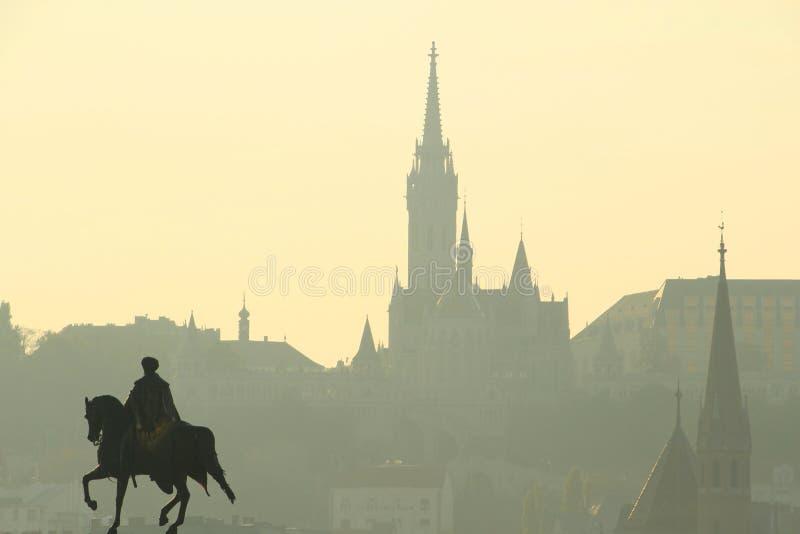 Horizonte de la ciudad de Budapest con la silueta de Matthias Church imágenes de archivo libres de regalías