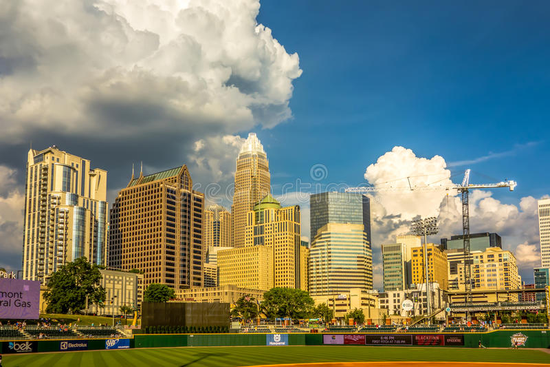 Horizonte de la ciudad de Charlotte Carolina del Norte del estadio de béisbol del bbt foto de archivo libre de regalías