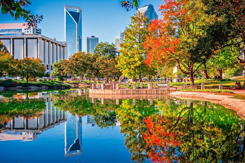 Horizonte de la ciudad de Charlotte a partir de la estación del otoño del parque del ordenar con azul imagen de archivo libre de regalías
