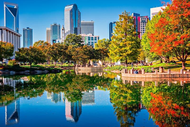 Horizonte de la ciudad de Charlotte a partir de la estación del otoño del parque del ordenar con azul fotografía de archivo libre de regalías
