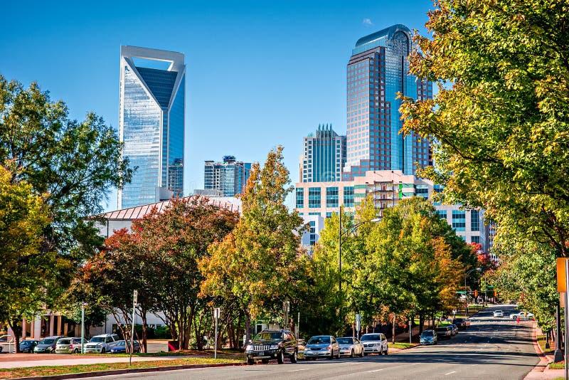 Horizonte de la ciudad de Charlotte a partir de la estación del otoño del parque del ordenar con azul imágenes de archivo libres de regalías