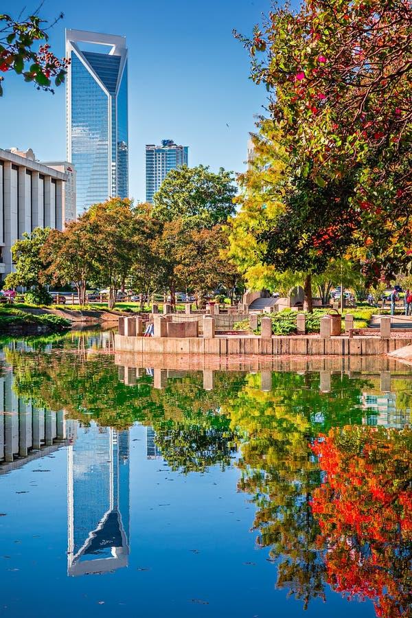 Horizonte de la ciudad de Charlotte a partir de la estación del otoño del parque del ordenar con azul fotos de archivo libres de regalías