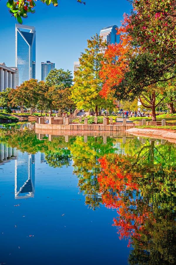 Horizonte de la ciudad de Charlotte a partir de la estación del otoño del parque del ordenar con azul foto de archivo libre de regalías