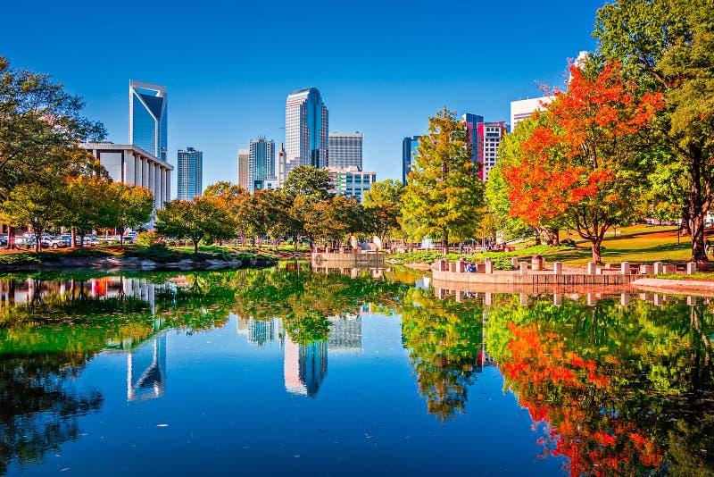 Horizonte de la ciudad de Charlotte a partir de la estación del otoño del parque del ordenar con azul fotografía de archivo