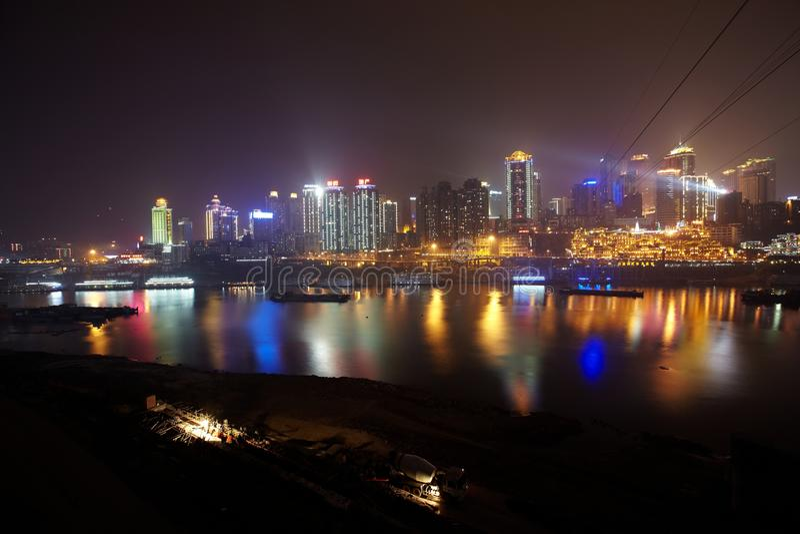 Horizonte de la ciudad de Chongqing en la noche imagenes de archivo