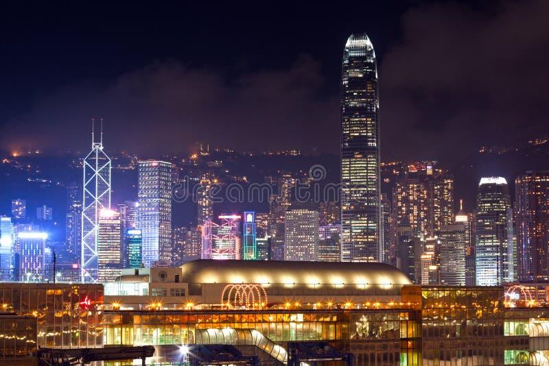Horizonte de la ciudad de Hong Kong en la noche imagenes de archivo
