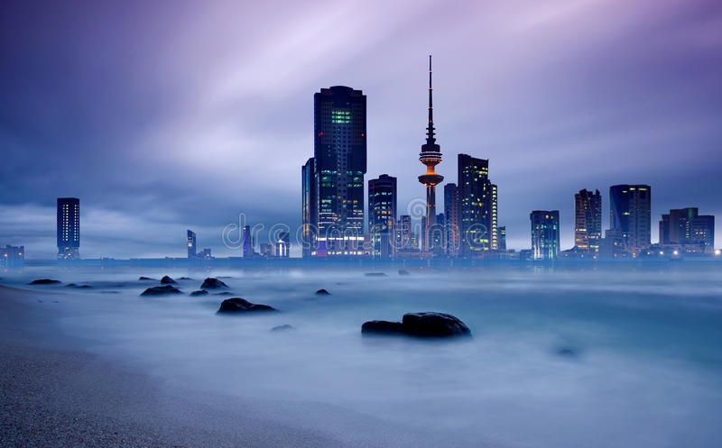 Horizonte de la ciudad de Kuwait en la puesta del sol fotografía de archivo
