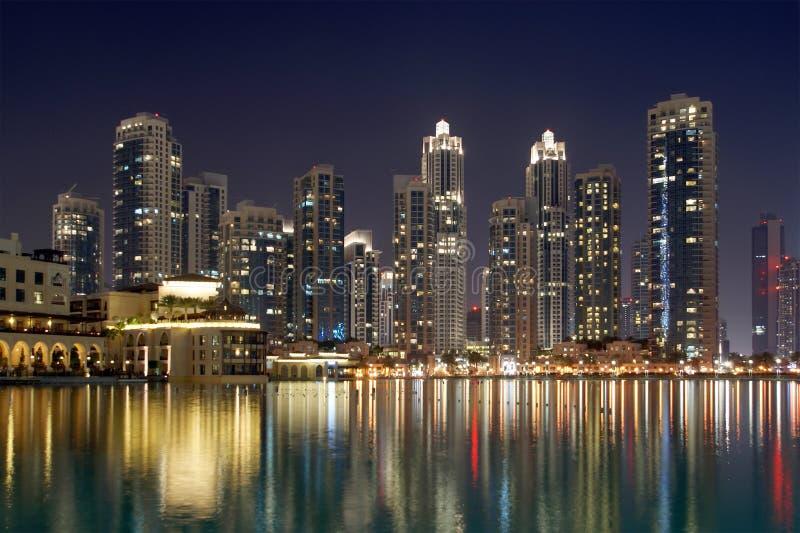 Horizonte de la ciudad de la alameda de Dubai cerca de Burj Khalifa por noche fotos de archivo
