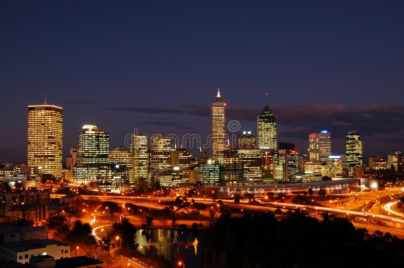 Horizonte de la ciudad de Perth en la noche imagen de archivo