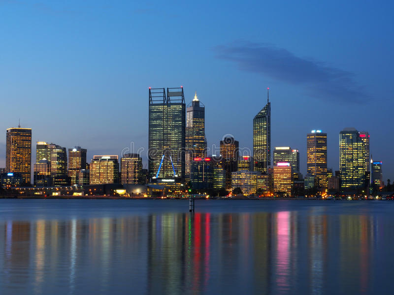 Horizonte de la ciudad de Perth en la noche sobre el río del cisne imágenes de archivo libres de regalías