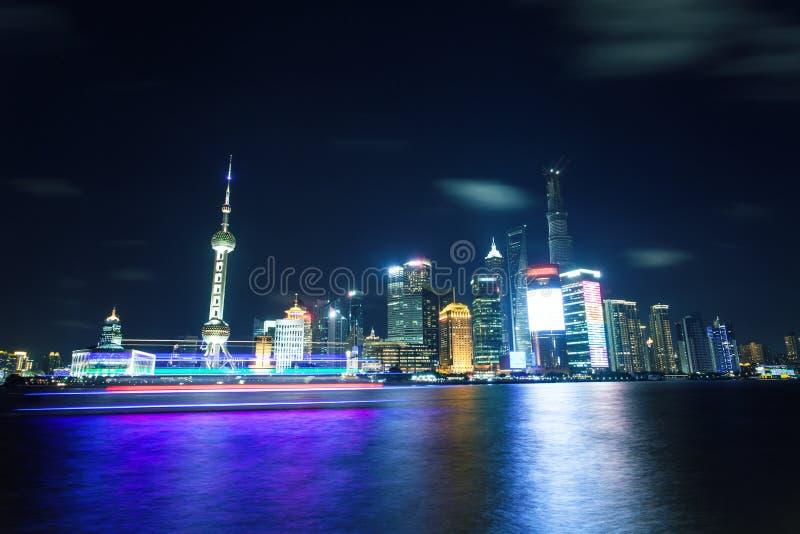 Horizonte de la ciudad de Shangai en la noche imagenes de archivo