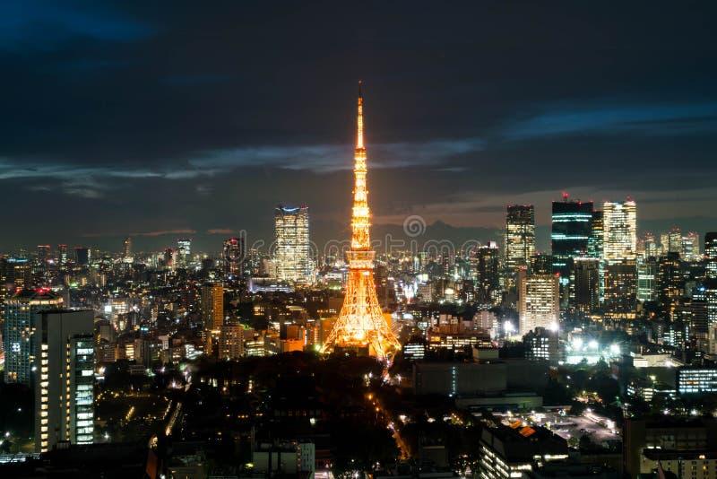 Horizonte de la ciudad de Tokio en la oscuridad fotos de archivo