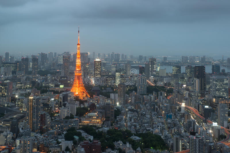 Horizonte de la ciudad de Tokio en la puesta del sol en Tokio, Japón fotografía de archivo libre de regalías