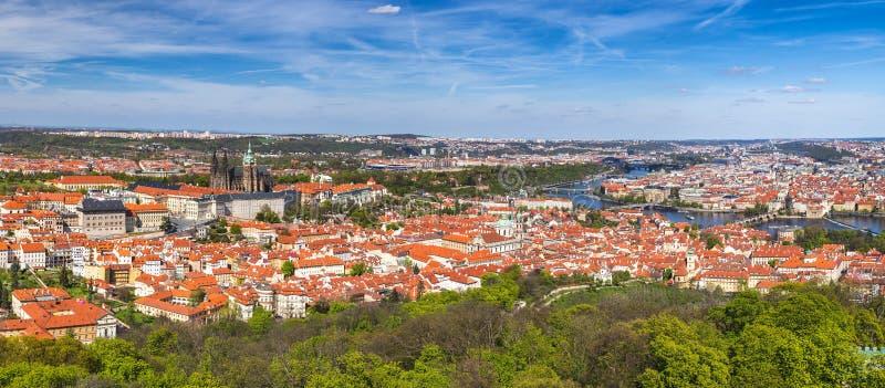Horizonte de la ciudad del panorama de Praga con la ciudad vieja, castillo de Praga, Charl imágenes de archivo libres de regalías
