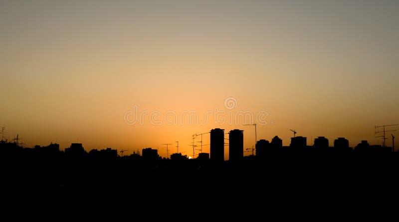 Horizonte de la ciudad en la puesta del sol imágenes de archivo libres de regalías