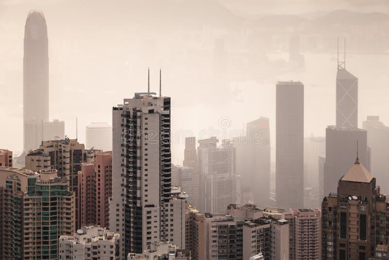 Horizonte de la ciudad de Hong Kong en día de niebla fotos de archivo