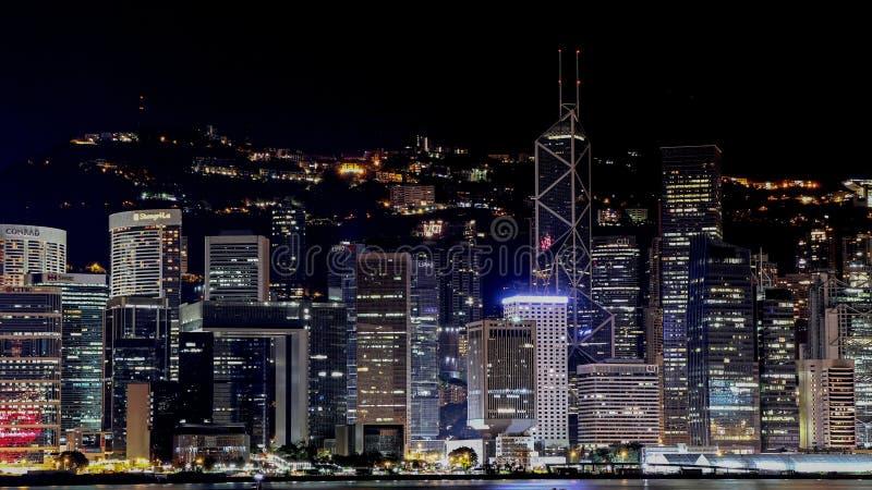 Horizonte de la ciudad de Hong-Kong en la noche imagen de archivo libre de regalías