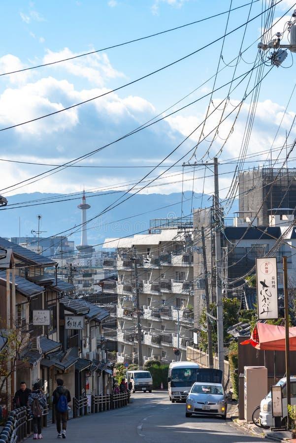 Horizonte de la ciudad de Kyoto con la torre de Kyoto por la mañana fotos de archivo